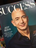 Джеф Bezos на обложке журнала успеха стоковые фотографии rf
