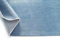 Джинсовая ткань голубых джинсов на белизне Стоковое Изображение RF