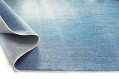 Джинсовая ткань голубых джинсов на белизне Стоковые Изображения RF