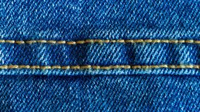 Джинсовая ткань или грубые хлопко-бумажная ткань или материал джинсов со сшитым швом видеоматериал