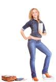 Джинсовая ткань. Полнометражная девушка студента в книгах сумки джинсов Стоковое Изображение RF