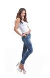 джинсыы брюнет представляя стильных детенышей Стоковые Изображения RF