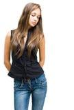 джинсыы девушки брюнет шикарные представляя детенышей Стоковая Фотография