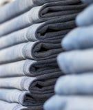Джинсы или брюки на полке в одежде бутика и appar джинсовой ткани стоковые изображения