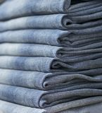 Джинсы или брюки на полке в одежде бутика и appar джинсовой ткани стоковое фото rf
