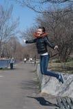Джинсы маленькой девочки скача потеха Стоковое Изображение RF