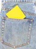 Джинсы подпирают карманн с примечанием чистого листа бумаги Стоковые Фотографии RF