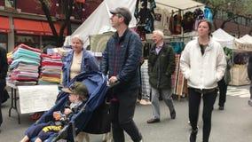 Джон Оливер и семья принимая прогулку видеоматериал