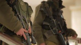 ДЖОРДАН, ИЗРАИЛЬ - 13-ОЕ ФЕВРАЛЯ 2015: Израильский солдат сил обороны одел в целях формы его винтовку M16 сток-видео