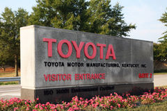 ДЖОРДЖТАУН, KY-CIRCA ЯНВАРЬ 2015: Вход к снаружи самого большого производства Тойота сложному Японии Emplo завода 8.000 Стоковое Изображение RF