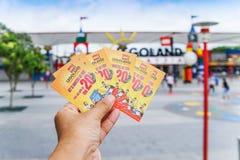 ДЖОХОР BAHRU, МАЛАЙЗИЯ - 10-ОЕ АПРЕЛЯ 2017: Билет Legoland в руке Стоковые Фотографии RF