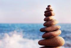 Дзэн и баланс башни камешков Баланс камней, стог камешков дальше Стоковые Фото
