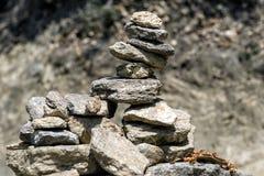 Дзэн, сработанность и баланс пирамиды стога камня молитве символизируя обыкновенно найдены вокруг монастыря Бутана Стоковые Изображения RF