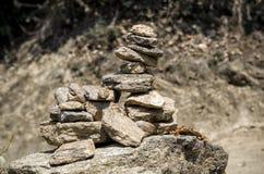 Дзэн, сработанность и баланс пирамиды стога камня молитве символизируя обыкновенно найдены вокруг монастыря Бутана Стоковое Фото
