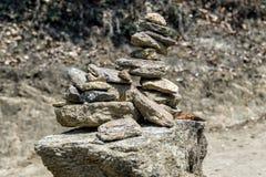 Дзэн, сработанность и баланс пирамиды стога камня молитве символизируя обыкновенно найдены вокруг монастыря Бутана Стоковые Фотографии RF