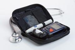 Диабетический набор анализа крови (Glaucometer) конец вверх Отсутствие логотипов стоковая фотография rf