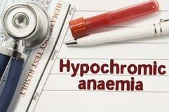 Диагноз Hypochromic малокровия Пробирки или бутылки для анализа гематологии крови, стетоскопа и лаборатории окруженные te Стоковые Изображения RF