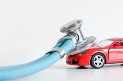 Диагностики и ремонт автомобиля, стетоскоп, осмотр, ремонт и обслуживание стоковое фото rf