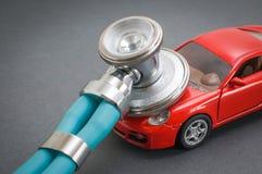 Диагностики и ремонт автомобиля, стетоскоп, осмотр, ремонт и обслуживание стоковые изображения rf