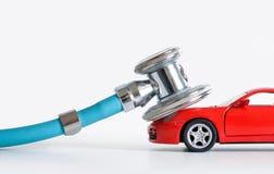 Диагностики и ремонт автомобиля, стетоскоп, осмотр, ремонт и обслуживание стоковое фото