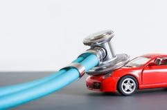 Диагностики и ремонт автомобиля, стетоскоп, осмотр, ремонт и обслуживание стоковое изображение rf