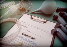 Диагностическая форма, острое mediastinitis, кислородный изолирующий противогаз и ингаляторы в больнице стоковые фото