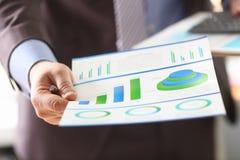 Диаграмма аналитика бизнесмена и экономический прогресс стоковая фотография rf