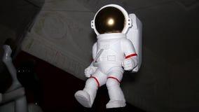 Диаграмма белого астронавта, космонавта приостанавливает в воздухе крыто Кукла иллюстрация вектора