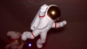 Диаграмма белого астронавта приостанавливает в воздухе крыто Кукла видеоматериал
