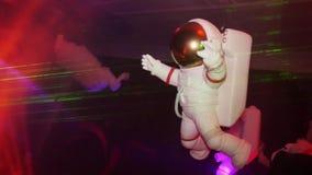 Диаграмма белого астронавта приостанавливает в воздухе крыто Кукла Фары, лазеры сток-видео