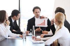 Диаграмма выставки бизнесмена на встрече Стоковая Фотография