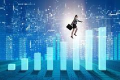 Диаграмма в виде вертикальных полос коммерсантки взбираясь в концепции восстановления экономики Стоковое Фото
