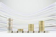 Диаграмма в виде вертикальных полос от золота и серебряных монет стога Стоковые Изображения RF