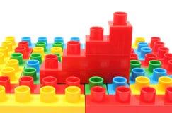 Диаграмма в виде вертикальных полос пластичных кубов на красочных строительных блоках Стоковое фото RF