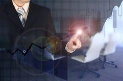 Диаграмма в виде вертикальных полос роста бизнесмена двойной экспозиции касающая на financi Стоковые Изображения RF