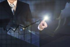 Диаграмма в виде вертикальных полос роста бизнесмена двойной экспозиции касающая на financi Стоковое фото RF