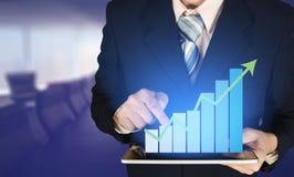 Диаграмма в виде вертикальных полос роста бизнесмена двойной экспозиции касающая на financi Стоковые Фото