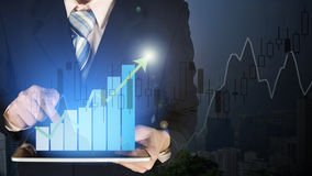 Диаграмма в виде вертикальных полос роста руки бизнесмена двойной экспозиции касающая на fi Стоковые Изображения RF