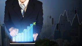 Диаграмма в виде вертикальных полос роста руки бизнесмена двойной экспозиции касающая на fi Стоковое Изображение