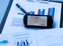 Диаграмма дела с умным телефоном в ручке Стоковая Фотография RF