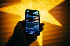 Диаграмма курса акций компьютеров Эпл Aapl на новом iphone x Стоковая Фотография RF