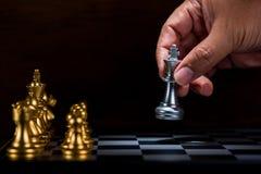 Диаграмма к доске, figh шахмат короля бизнесмена moving серебряная Стоковая Фотография RF