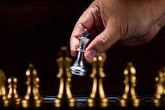 Диаграмма к доске, figh шахмат короля бизнесмена moving серебряная Стоковое Изображение RF