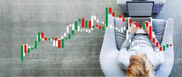 Диаграмма подсвечника с человеком используя ноутбук стоковые изображения
