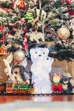 Диаграмма полярного медведя с новичком медведя под рождественской елкой Стоковые Фотографии RF