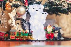 Диаграмма полярного медведя с новичком медведя под рождественской елкой Стоковые Изображения RF