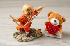 Диаграмма практикуя боевые искусства мальчика и медведь игрушки Стоковые Фотографии RF