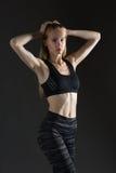 Диаграмма приниманнсяые за йога, тренировка или фитнес красивой сексуальной белокурой женщины совершенная атлетическая тонкая, во стоковые изображения