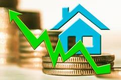 Диаграмма роста и символ недвижимости на предпосылке денег Стоковые Фотографии RF