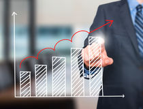 Диаграмма роста чертежа руки бизнесмена на визуальном экране Стоковое фото RF